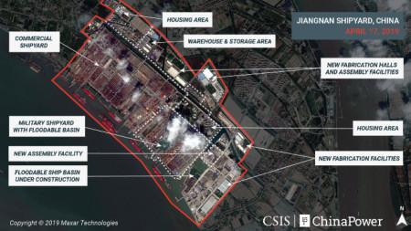 Сателитна снимка на корабостроителницата в Цзяннан край Шанхай с обяснителни текстове на Центъра за стратегически и международни изследвания във Вашингтон.