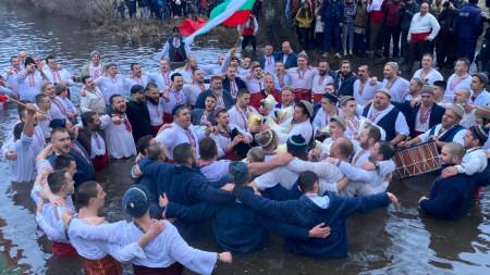 В пандемични условия, десет минути преди 8 часа на Богоявление, мъжете от Калофер влязоха във водите на река Тунджа. С тъпани и гайди, облечени в носии, те пяха