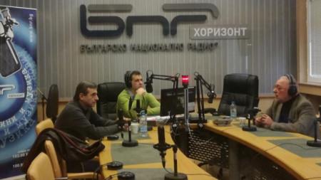 "Димитър Манолов (вляво) и Радосвет Радев (вдясно) в студиото на ""Неделя 150"" с водещия Явор Стаматов."