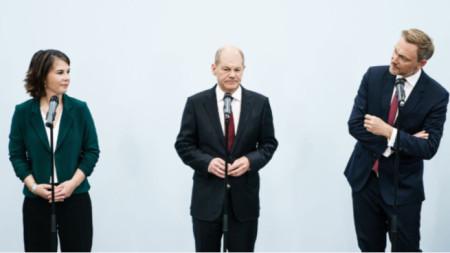 Олаф Щолц (в средата), Аналена Бербок (вляво) и Кристиан Линднер - лидерите на трите партии, започващи преговори за коалиция
