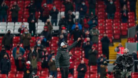 Клоп поздравява феновете на Ливърпул след победата.