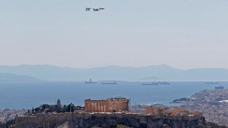 """Самолетите летят над Акропола по време на многонационалното учение """"INIOCHOS 2021"""", Атина, Гърция, 22 април 2021 г."""