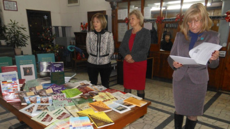 """Книгите са предоставени от международната дамска организация """"Зонта интернешънъл""""."""