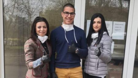 Миглена Цанова, Цветомир Параделов, ученик, и Диана Билянова, студент по медицина
