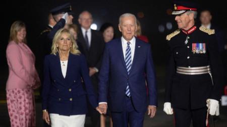 Президентът на САЩ Джо Байдън и съпругата му Джил бяха посрещнати на летището в Корнуел от полковник Едуард Болито (вдясно)