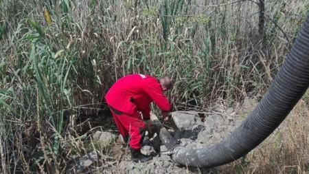 Работа по отстраняване на разлива на бензин в езерото Вая.