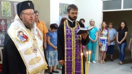 """Ремонтираният параклис""""Св. безсребреници Козма и Дамиан"""" в Университетската болница """"Канев"""" в Русе  беше осветен от митрополит Наум."""