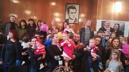 Семейства от Велико Търново се събраха с лекарите от отделението по неонатология в областната болница, за да им благодарят за грижите в навечерието на Световния ден на недоносените деца.