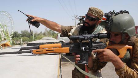Военнослужещи от афганистанските сили за сигурност охраняват пропускателен пункт в Херат, Афганистан, 31 юли 2021 г.