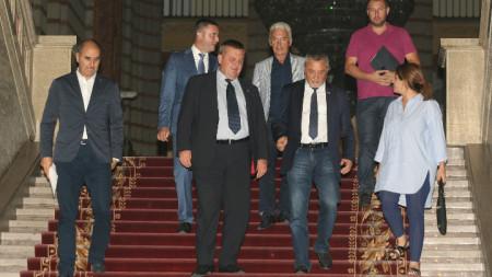 Красимир Каракачанов, Волен Сидеров, Цветан Цветанов, Владислав Горанов и Валери Симеонов дадоха изявления късно вечерта в понеделник след извънредна среща в Министерски съвет за бъдещето на кабинета.