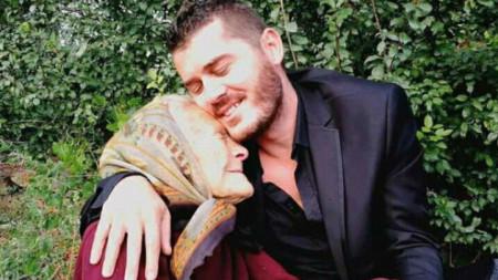 Тази снимка с баба Недка обиколи социалните медии