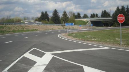 Основно ремонтираната отсечката е между разклона за с. Стефаново и кръговото кръстовище на Околовръстния път на Добрич и пътя за село Паскалево.
