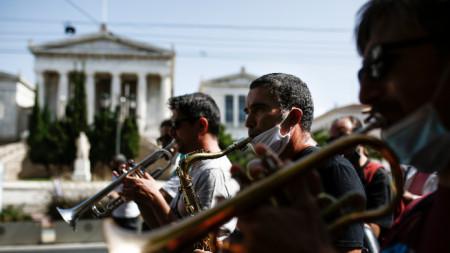 Протест на музиканти в Атина срещу ограниченията за работата им.