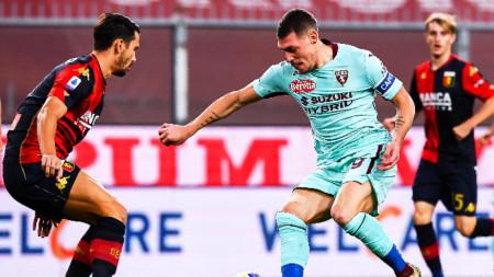 Капитанът на Торино Белоти атакува вратата на Дженоа.