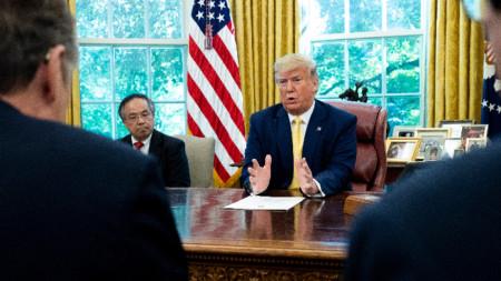 Китайският вицепремиер Лю Хъ и американският президент Доналд Тръмп в Белия дом.