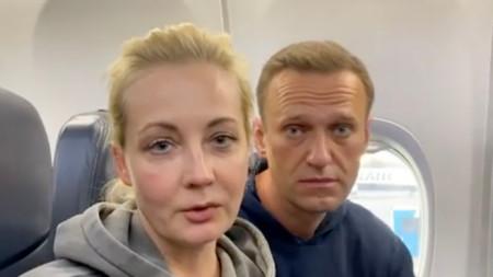 Алексей Навални със съпругата си Юлия.