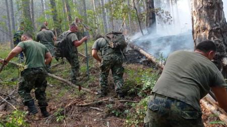 Военни помагат за гасенето на пожарите.