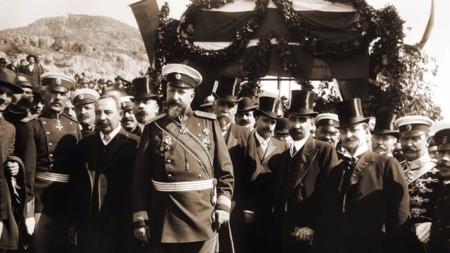 Цар Фердинанд I, премиерът Александър Малинов и други официални лица при обявяването на независимостта на България.