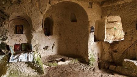 Над селото има скални манастири.