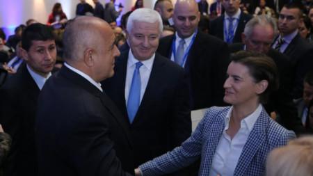 Бойко Борисов приветства Ана Бърнабич под погледа на Душко Маркович (в средата) на Международна среща на високо равнище за стартиращите предприятия в София. Премиерът имаше отделни срещи с колегите си от Сърбия и Македония.