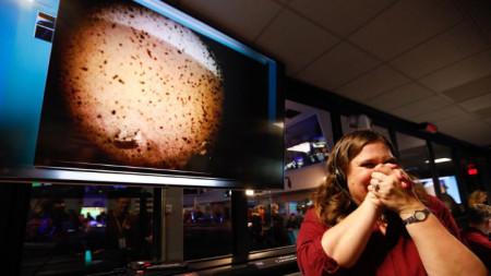 """Празничната атмосфера в контролния център на НАСА в Пасадина, щата Калифорния, след успешното кацане на апарата """"ИнСайт"""" на Марс и изпращане на първата снимка."""