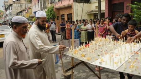 Мюсюлмани палят свещи пред църквата