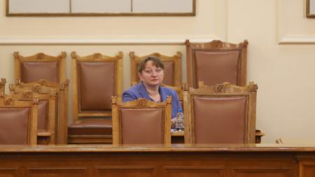 Социалният министър Деница Сачева в пленарната зала на Народното събрание