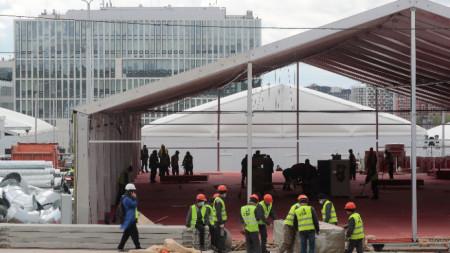 Работници разширяват болница за заразени с коронавирус в Москва. 18 май 2020 г.