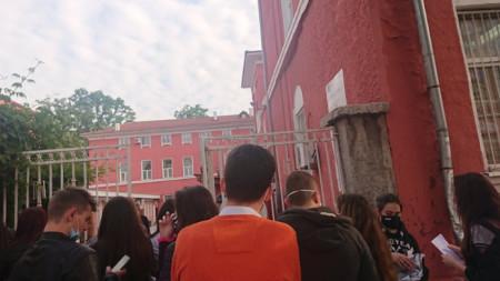 Зрелостници очакват да влязат за матура по БЕЛ в Търговската гимназия