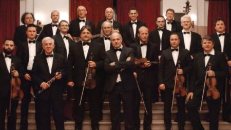 Народният оркестър на Радио и телевизия Сърбия с ръководител Влада Панович.