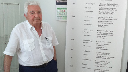 Проф. Минко Балакански пред списъкът с лауреати на неговата фондация.