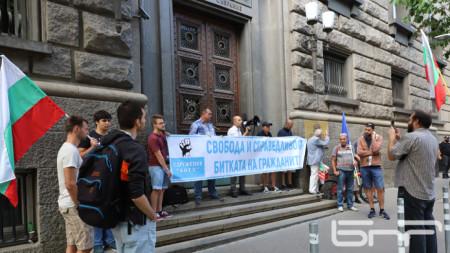 Протестиращи блокираха входа на ЦИК