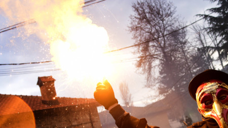 По време на ежегодния Вевчански карнавал през януари в РС Македония бе запалено българското знаме.