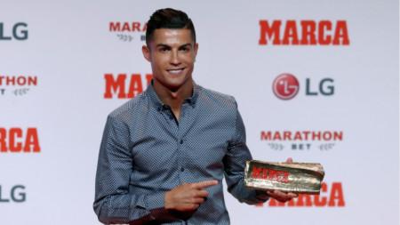 Роналдо с наградата на в.