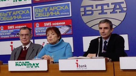 Jurist und politische Analytiker Miroslaw Popow, Universitätsprofessorin Nina Djulgerowa und Georgi Tschankow, Dozent für internationale Beziehungen an der Universität