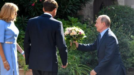 Владимир Путин поднесе букет с цветя на френската първа дама, след което се ръкува с Еманюел Макрон преди разговорите им в лятната резиденция на френския президент Форт Брегансон.