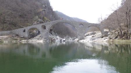 Дяволският мост на река Арда е в живописен пролом на около 10 километра северозападно от град Ардино, близо до село Дядовци и недалеч от село Латинка.