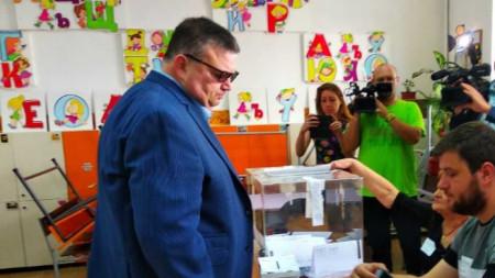 Сотир Цацаров гласува в Пловдив.