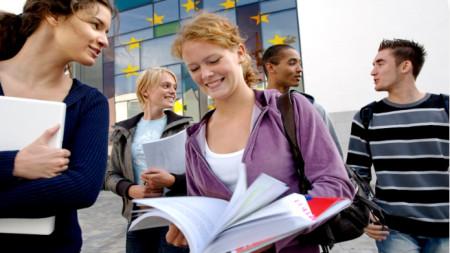С гаранционния механизъм се подкрепя и т.нар. мобилност на хора, следващи образователни програми в други страни от ЕС.