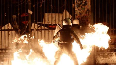 """Най-малко двама полицаи са ранени в Атина в събота вечерта, когато анархисти хвърляха коктейли """"Молотов""""."""