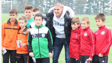 Кирил Десподов с деца от трите школи.