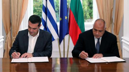 Премиерите Бойко Борисов и Алексис Ципрас подписват междуправителствен документ на една от срещите им.