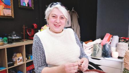 Дария Гутник с плетивото си