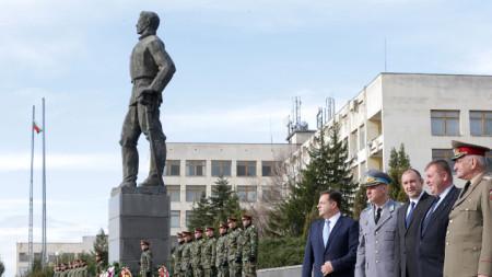 Президентът и вицепремиерът и министър на отбраната Красимир Каракачанов са гости по случай 140 години от откриване на първото военно училище в България.