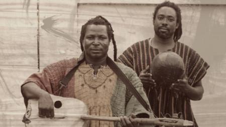 Кралят на музиката за колого (традиционна ганайска китара) Кинг Аишоба от Болгатанга Сити и неговият добър приятел Аюуне Суле от Кумаси.