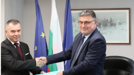 Генерал Венелин Венев (вляво) и служебният министър на отбраната Георги Панайотов