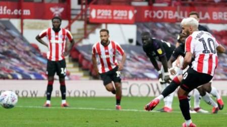 Брентфорд е на крачка от Висшата лига, след победи с 3:1 Суонзи