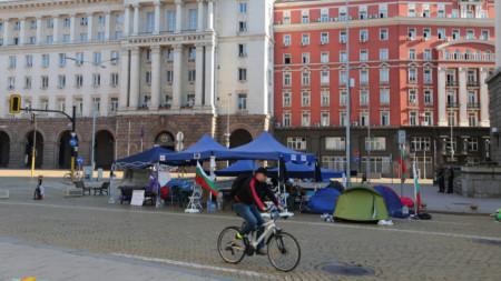 Палатков лагер пред бившия Партиен дом