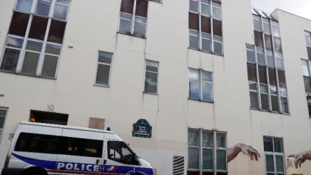 Полиция охранява бившата сграда на списание