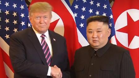 Доналд Тръмп с Ким Чен-ун в началото на срещата им в Ханой.